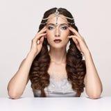 Retrato de la belleza de la mujer joven en diadema de la perla Wi morenos de la muchacha Fotografía de archivo libre de regalías