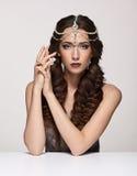 Retrato de la belleza de la mujer joven en diadema de la perla Wi morenos de la muchacha Imágenes de archivo libres de regalías