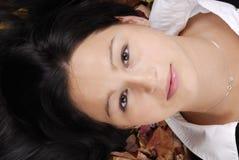 Retrato de la belleza que miente en hojas de otoño Foto de archivo