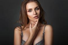 Retrato de la belleza una mujer en sujetador Imagenes de archivo