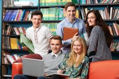 Retrato de la biblioteca de With Students In del profesor Fotografía de archivo libre de regalías
