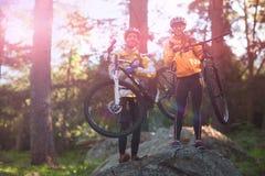 Retrato de la bici de montaña de los pares del motorista que lleva Imagenes de archivo