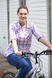 Retrato de la bici del montar a caballo del adolescente en el ambiente urbano Fotos de archivo libres de regalías