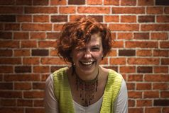 Retrato de la buena-lookin muchacha con el pelo rizado y las pecas del jengibre imagen de archivo