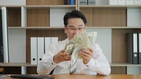 Retrato de la cámara lenta de las cuentas asiáticas acertadas muy felices y del dinero que lanza en el aire, manos de levantamien almacen de video