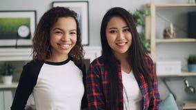 Retrato de la cámara lenta de los amigos apuestos de la raza mixta de las muchachas afroamericanos y en cámara de mirada asiática almacen de video