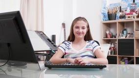 Retrato de la cámara lenta de un adolescente lindo que sonríe a la cámara almacen de metraje de vídeo