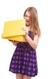 Retrato de la caja adolescente feliz joven del amarillo de la abertura Fotografía de archivo libre de regalías