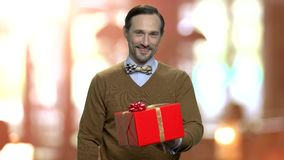 Retrato de la caja de regalo de ofrecimiento del hombre maduro almacen de video