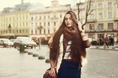Retrato de la calle de la mujer de moda hermosa joven que lleva la ropa elegante que camina en la ciudad vieja Modele la mirada fotografía de archivo