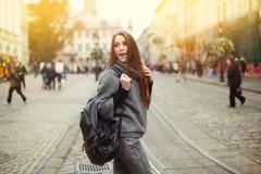 Retrato de la calle de la mujer joven hermosa que camina en ciudad con la mochila Foto de archivo libre de regalías