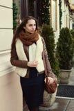 Retrato de la calle de la señora de moda hermosa joven que lleva la ropa elegante que camina en la ciudad vieja Mirada modelo a u fotografía de archivo libre de regalías