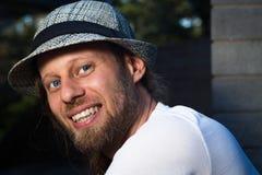 Retrato de la calle de un hombre sonriente en un sombrero elegante imagenes de archivo