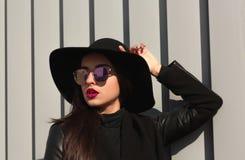 Retrato de la calle de la mujer en sombrero brimmed ancho de moda y elegante fotos de archivo libres de regalías