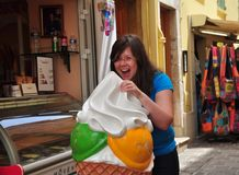 Retrato de la calle de una muchacha que come el helado