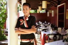 Retrato de la camarera asiática que trabaja en restaurante Imagen de archivo libre de regalías