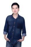 Retrato de la camisa de los vaqueros del hombre que lleva asiático Imagen de archivo libre de regalías