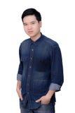 Retrato de la camisa de los vaqueros del hombre que lleva asiático Fotografía de archivo libre de regalías