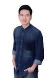 Retrato de la camisa de los vaqueros del hombre que lleva asiático Imagenes de archivo