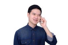Retrato de la camisa de los vaqueros del hombre que lleva asiático con el teléfono. Imágenes de archivo libres de regalías