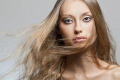 Retrato de la cara de la mujer con el pelo del vuelo Fotografía de archivo libre de regalías