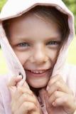 Retrato de la cara de ocultación de la muchacha en top con capucha rosado Foto de archivo