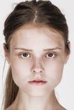Retrato de la cara del primer de la mujer joven sin maquillaje Imagenes de archivo