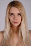 Retrato de la cara del primer de la mujer joven sin maquillaje I natural Fotos de archivo libres de regalías