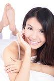 Retrato de la cara feliz de la sonrisa de la muchacha que miente en cama Fotos de archivo libres de regalías