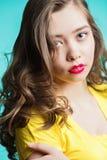 Retrato de la cara de la mujer de la belleza Chica joven con la perforación roja de los labios Imagenes de archivo