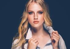 Retrato de la cara de la mujer de la belleza con el balneario hermoso Girl modelo w de las manos imagen de archivo