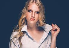 Retrato de la cara de la mujer de la belleza con el balneario hermoso Girl modelo w de las manos fotografía de archivo