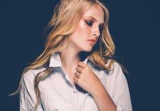 Retrato de la cara de la mujer de la belleza con el balneario hermoso Girl modelo w de las manos fotos de archivo
