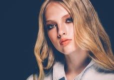 Retrato de la cara de la mujer de la belleza con el balneario hermoso Girl modelo w de las manos imagenes de archivo