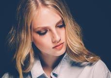 Retrato de la cara de la mujer de la belleza con el balneario hermoso Girl modelo w de las manos fotografía de archivo libre de regalías