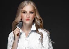 Retrato de la cara de la mujer de la belleza con el balneario hermoso Girl modelo w de las manos imágenes de archivo libres de regalías