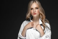 Retrato de la cara de la mujer de la belleza con el balneario hermoso Girl modelo w de las manos foto de archivo