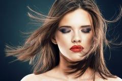 Retrato de la cara de la mujer del estilo de pelo con los ojos cerrados Imagen de archivo
