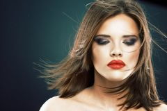 Retrato de la cara de la mujer del estilo de pelo con los ojos cerrados Imagen de archivo libre de regalías