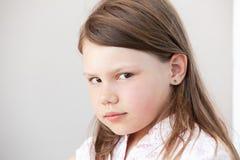 Retrato de la cara de la niña rubia seria fotos de archivo