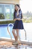 Retrato de la cara smilling de la edad adolescente asiática que se coloca en el swimmi casero Fotografía de archivo libre de regalías
