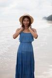 Retrato de la cara sonriente de la mujer asiática joven de la piel del moreno con de largo Fotos de archivo libres de regalías