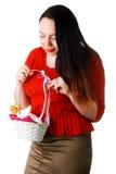 Retrato de la cesta que se sostiene femenina hermosa con E Imagen de archivo