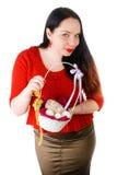 Retrato de la cesta que se sostiene femenina hermosa con los huevos de Pascua aislados en el fondo blanco Foto de archivo libre de regalías
