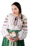 Retrato de la cesta que se sostiene femenina hermosa con los huevos de Pascua aislados en el fondo blanco Imágenes de archivo libres de regalías