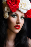 Retrato de la chica joven bonita con las rosas Fotografía de archivo libre de regalías