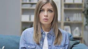 Retrato de la chica joven chocada que se pregunta en temor almacen de video