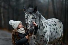 Retrato de la chica joven con el caballo del Appaloosa y los perros del dalmatian foto de archivo libre de regalías