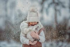 Retrato de la chica joven con el gatito debajo de la nieve imágenes de archivo libres de regalías
