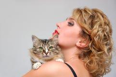Retrato de la chica joven con el gato Foto de archivo libre de regalías
